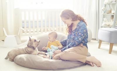 mama z dzieckiem i psem